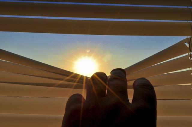 blinds_sun_hand