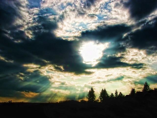 sunshine_darkclouds_horizon
